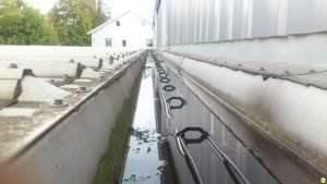 Монтаж системы антиобледенения на автосалоне.